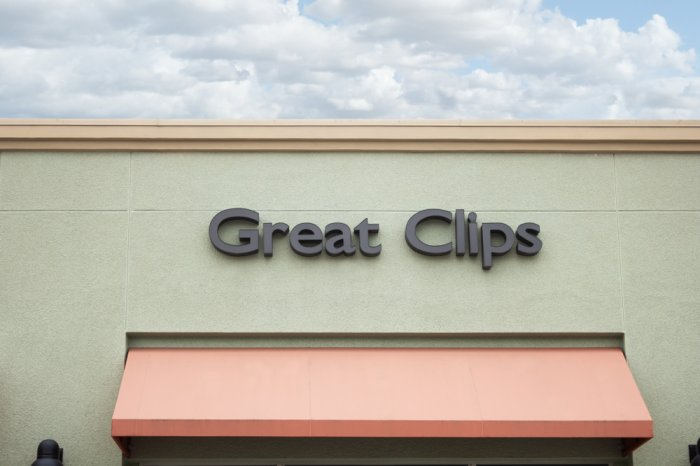 Sign above the entrance of a Great Clips salon