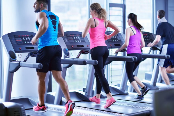 People exercising on the treadmill at a month-to-month gym